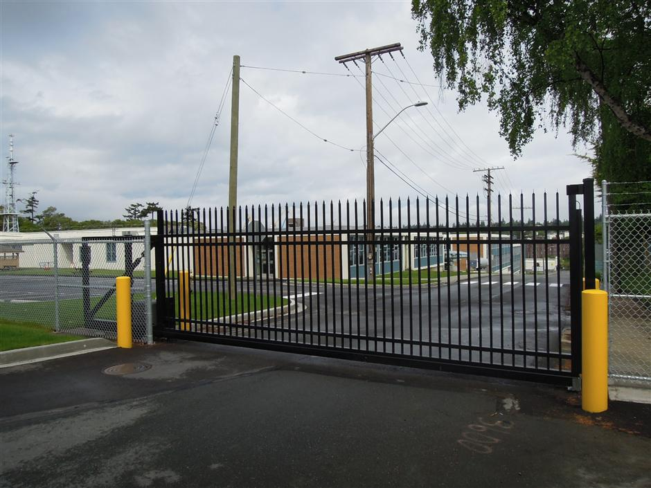 Custom-Cantilever-gate-with-straight-security-pickets