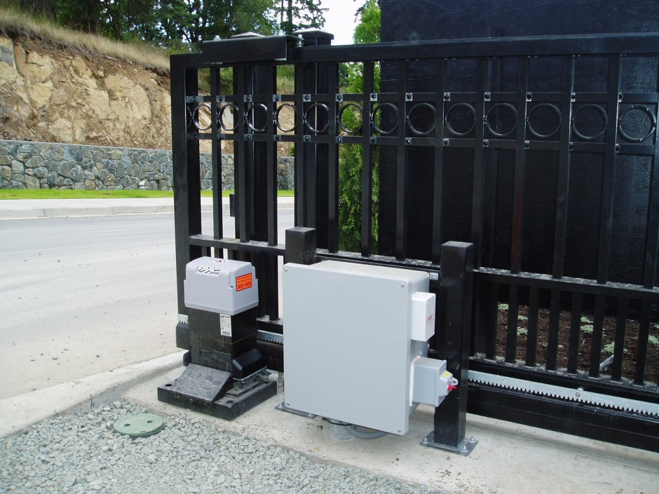 SC-06-Cantilever-gate-and-operator-with-control-box-mounted-on-custom-stand1-940x705