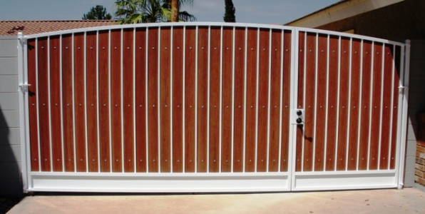 simple_arched_RV_gate_with_kickplate_-_white_and_redwood_composite-web